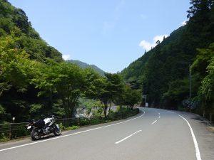 四国山地の山あいを走る